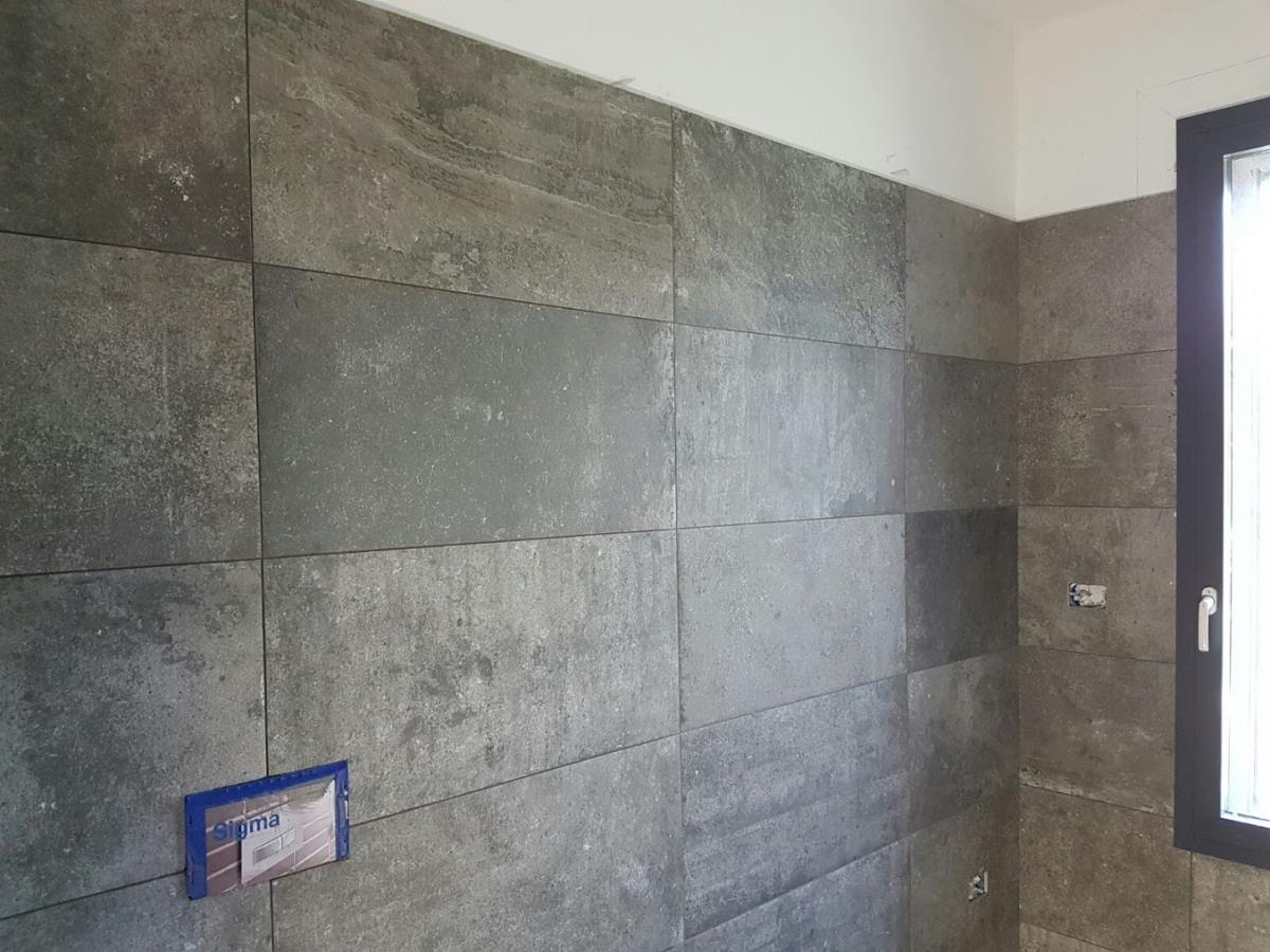 Bagno gres porcellanato effetto pietra como di napoli for Piastrelle bagno pietra