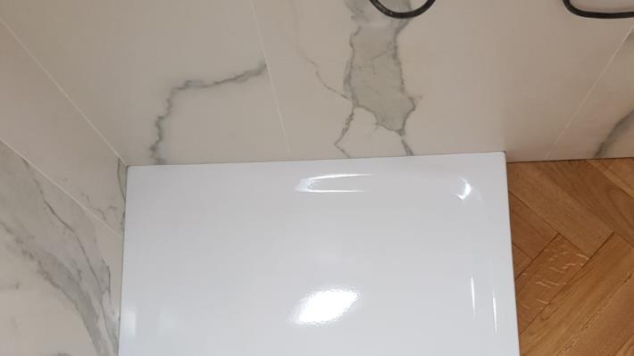 Bagno effetto marmo bianco statuario como di napoli - Bagno marmo bianco ...