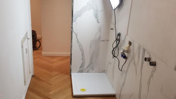 Bagno effetto marmo bianco statuario como di napoli ceramiche